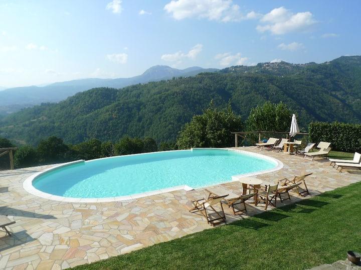 sleeps 6, large pool,  views, restaurant 2 mins