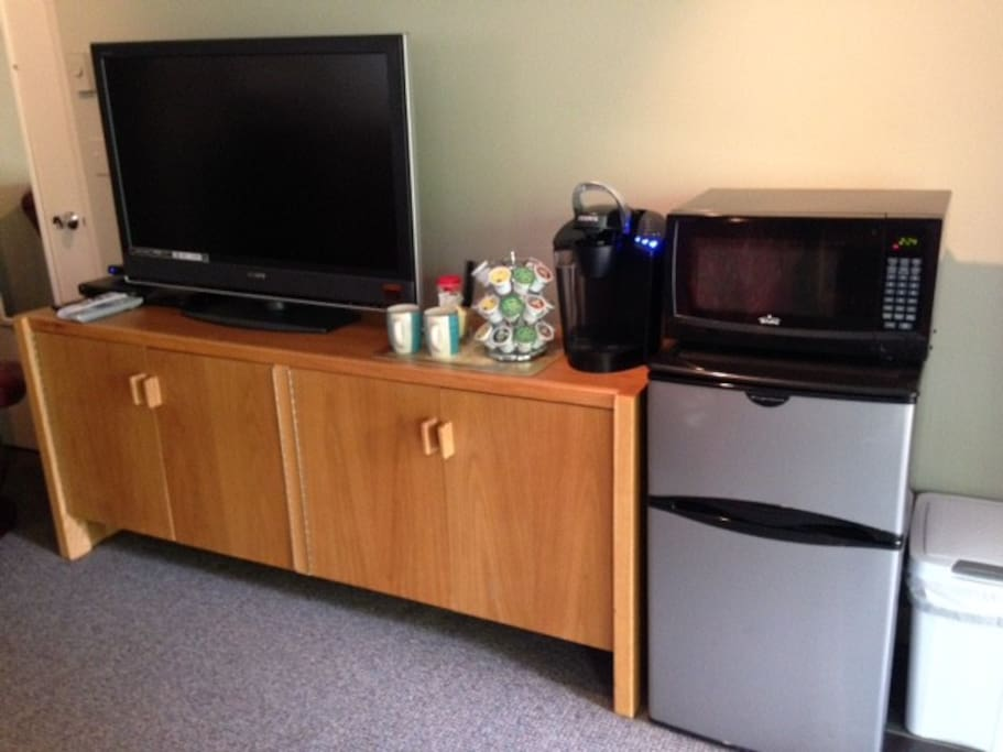 Large  flat screen with DVD player, Chromecast & DirecTV.