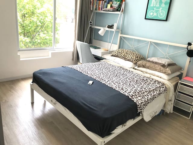 Quiet and convenient room in Shekou natural light