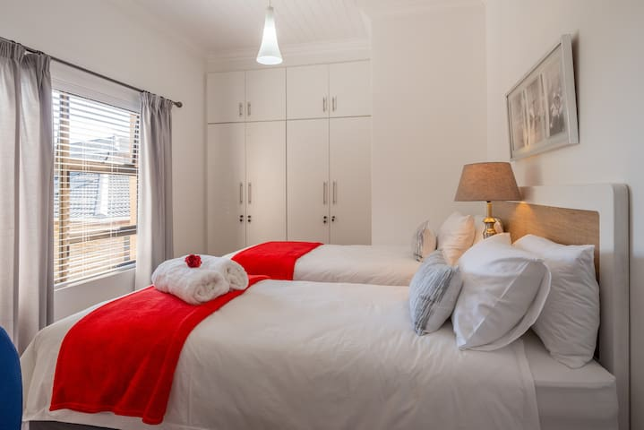 3 Bedroom with 2 x Extra length single beds