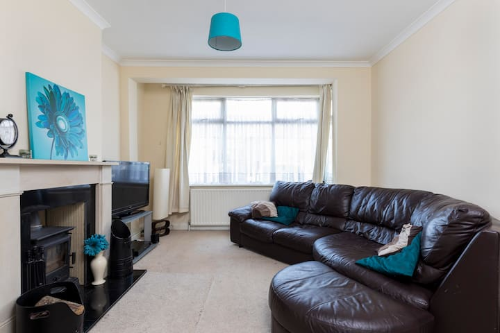 Cosy family house in suburbs easy access to London
