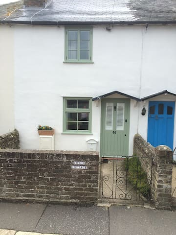 Quaint Cottage close to the beach - Bognor Regis