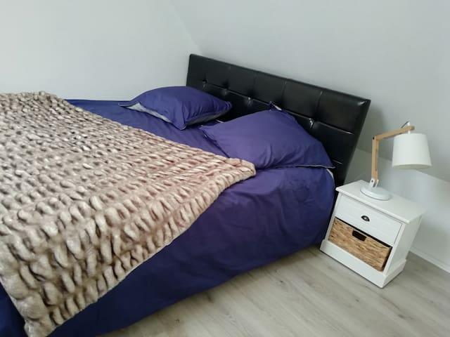 Chambre Milano pour 1 à 4 personnes avec mezzanine, 1 litQueen Size et un canapé lit 140 x 190 cm, possibilité d un lit bébé ou d un lit d appoint supplémentaire.