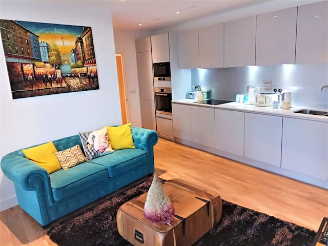 New stylish two bed apt next to zone 2 station - Londra - Daire