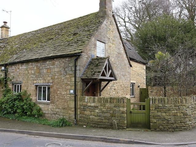 1 CHURCH COTTAGES, pet friendly in Chipping Campden, Ref 988658