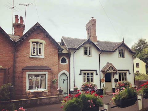 Quaint period cottage in beautiful sleepy village