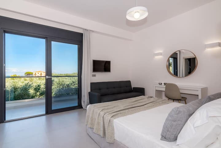 R 983 Eros Luxury Villas with  Espresso machine, BBQ & Sea view.