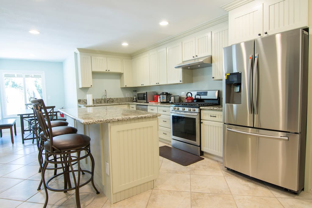 Spacious kitchen, Lots of room for everyone, Stainless steel appliances, open plan, granite counter otps