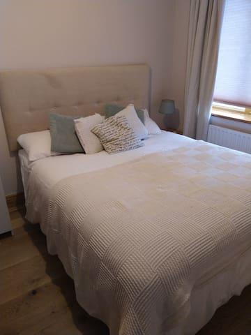 Warm double room with en-suite in quaint Rush