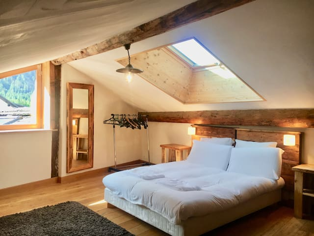 Attic bedroom - chalet from 1668 - hot tub/garden
