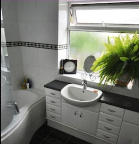 Quiet room close to the M1 and the city centre - Nottingham - House