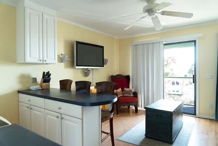 Shipp Cabin I, Beachfront, Sleeps 6, Fishing Pier