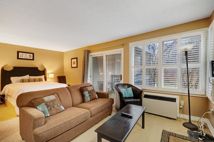 Ideally located condo w/ fireplace & shared pool/hot tub - walk to lift!