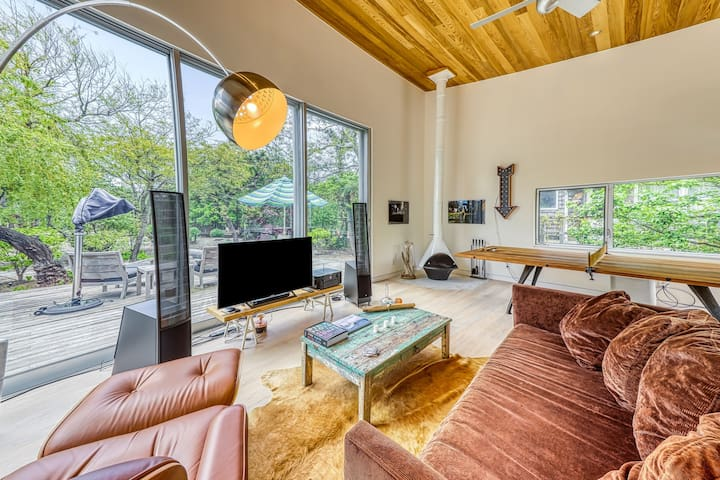 NEW LISTING! Designer home one minute from beach w/bike use and full kitchen!