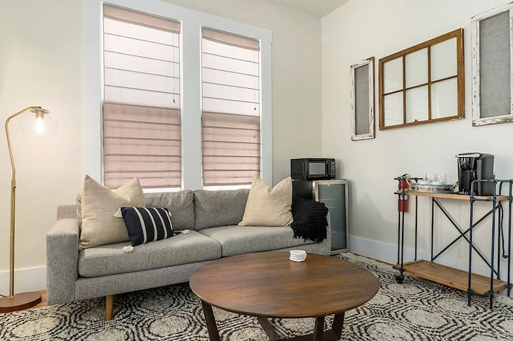 Downtown Studio 1, walk to shops, private hot tub!