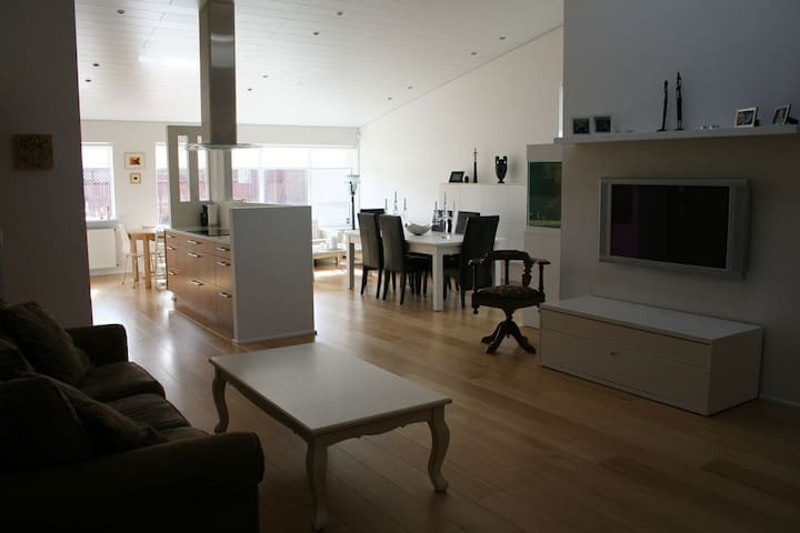 Family home near lake and nature, 15 min bus to CC - Reykjavík - Rumah