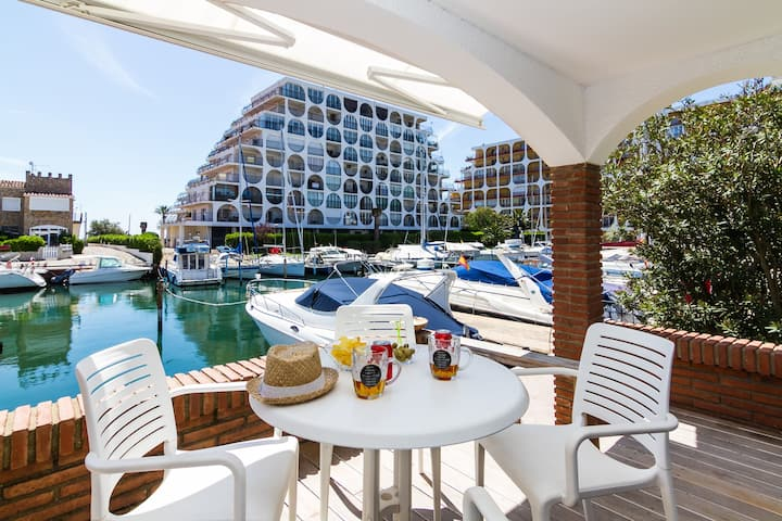 Vista Roses Mar -renovated Townhouse in front of the canal and two steps from the main bea