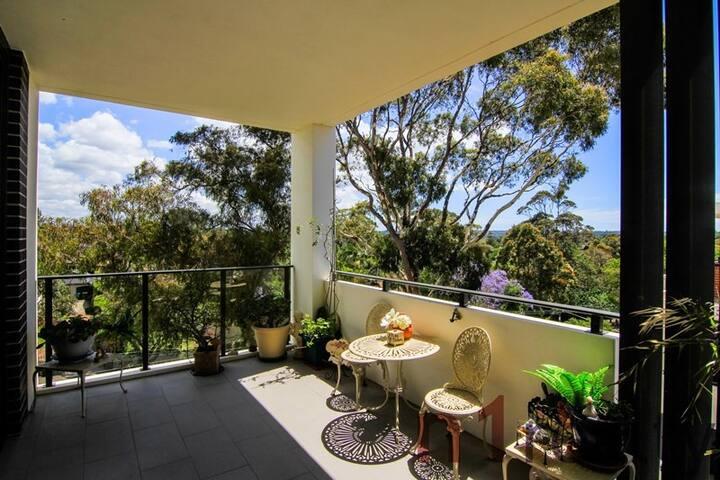 悉尼北岸Roseville风景优美干净便利两房公寓,3分钟可达Chatwood,近City