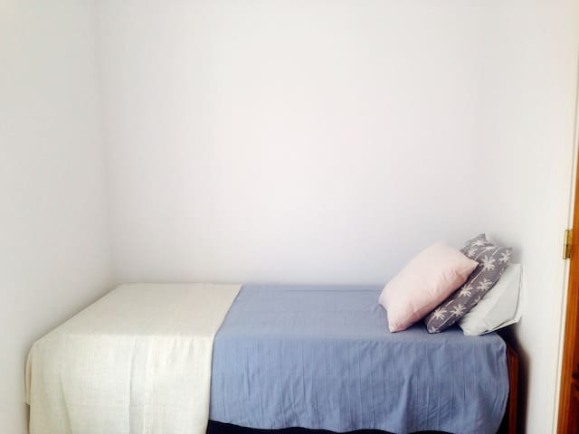Private single room with shared bathroom. - Faro - Dom