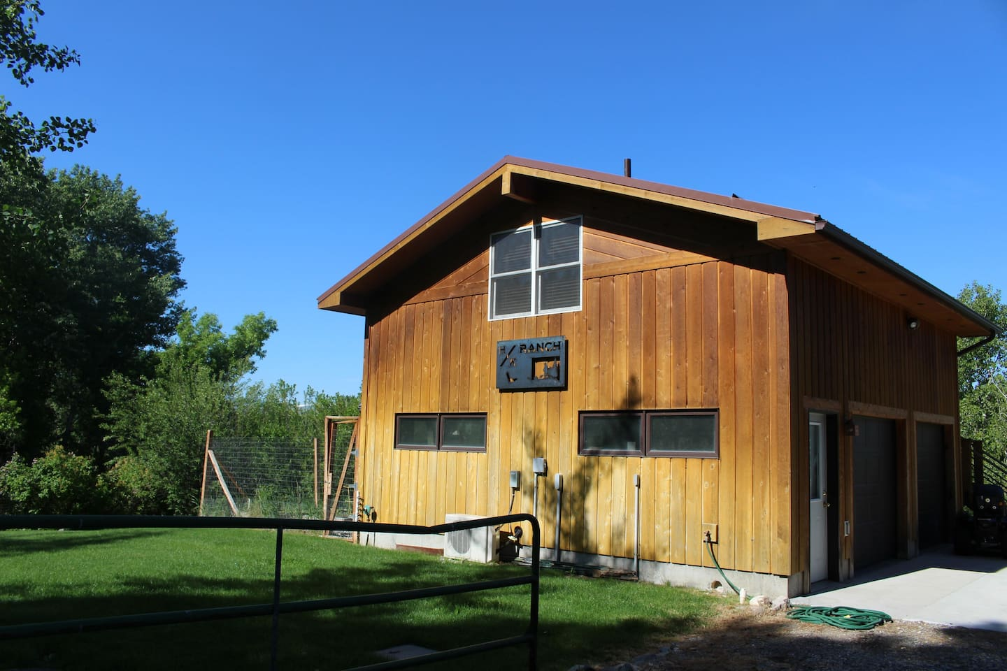 Charming BigTimber guesthouse overlooking the Boulder River!