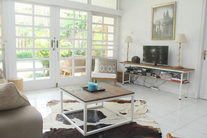 Lovely & bright 2BR villa w/pool in expat area JKT - Pasar Minggu - Villa