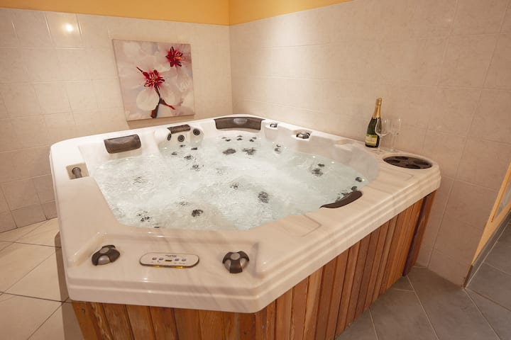 Le Noyer Romantic lodging with private spa