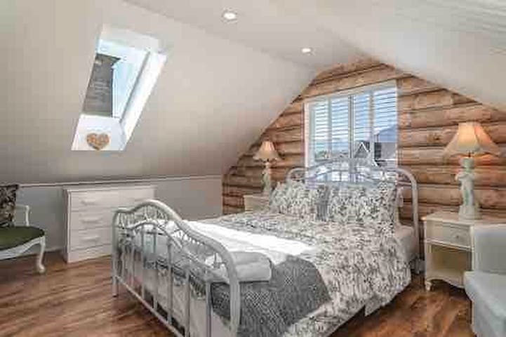 Romantic 1 bedroom nice and quiet Attic suite