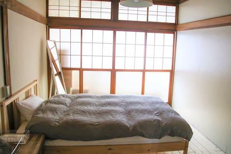 個室 セミダブルベッド1台 / 遠野の町中で便利なゲストハウス
