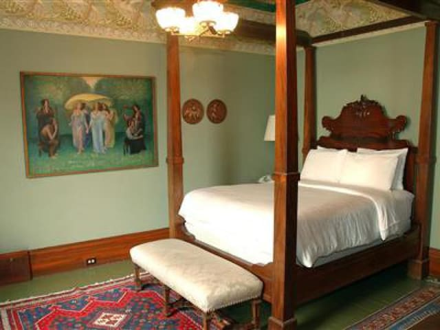 Enrico Caruso Room at Chateau Tivoli