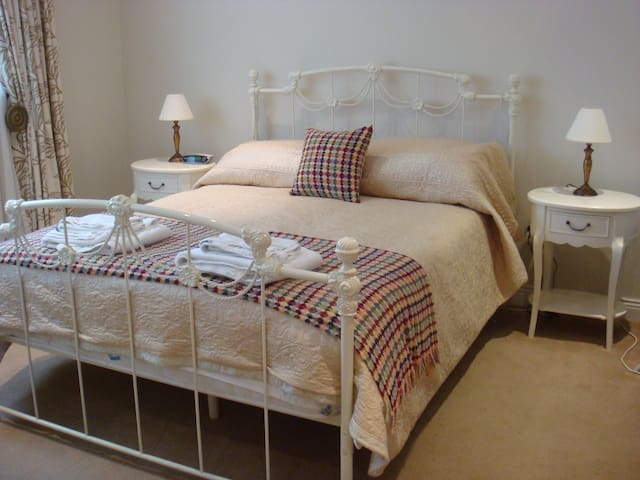 Double bedroom close to Airport/City Centre/M50 L1 - Swords - บังกะโล