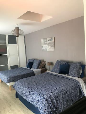 chambre 1 ; suite parentale avec salle de douche italienne ,grand dressing, vue sur piscine et jardin, 2 lits doubles