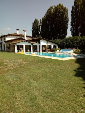 vista giardino, piscina e portico ad uso comune