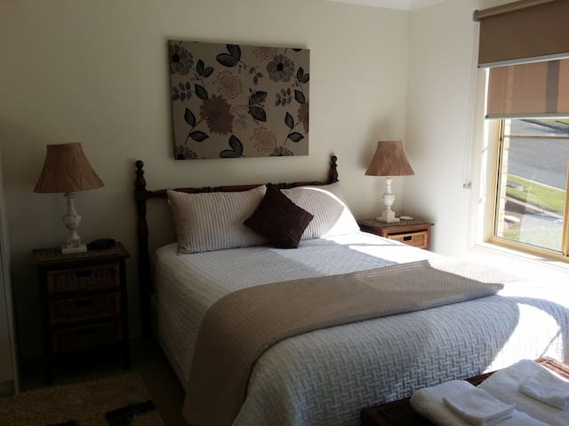 Oleander House -Spacious Bedroom & Private Ensuite