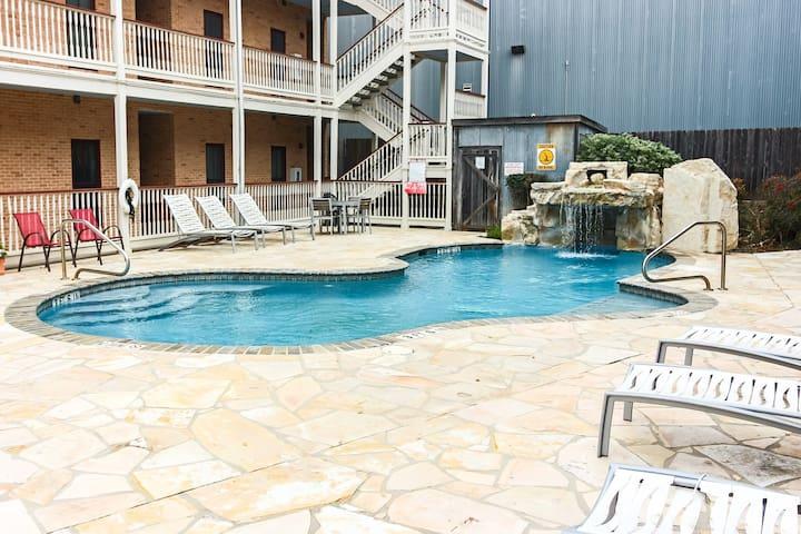 Riverfront condo, free WiFi, shared pool & walking distance to Gruene Hall