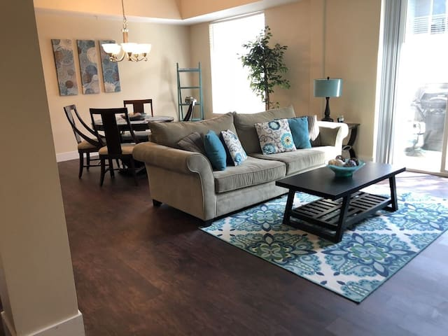 Updated condo by beaches, restaurants, & stores