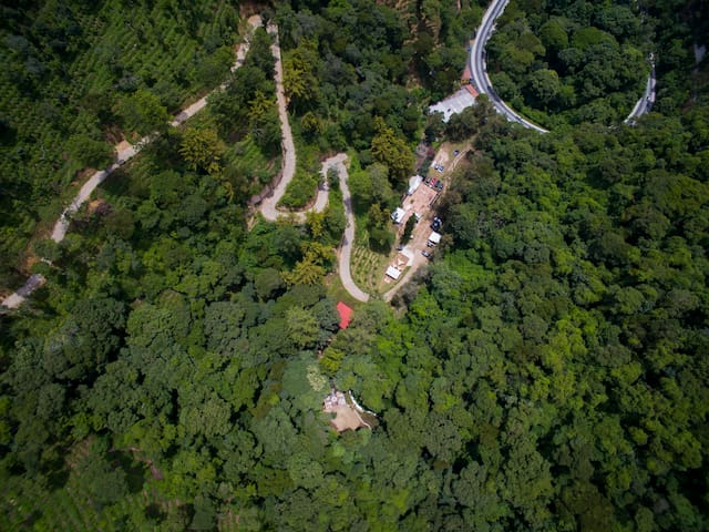 An aerial view of our facilities. Get away from the world for a moment and get in harmony with nature! (Una vista aérea de nuestras instalaciones. ¡Aléjate del mundo por un momento y entra en armonía con la naturaleza!)