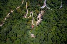 An aerial view of our facilities. Get away from the world for a moment and get in harmony with nature! (Una vista aérea de nuestras instalaciones. ¡Aléjate del mundo por un momento y entra en armonía con la naturaleza!)