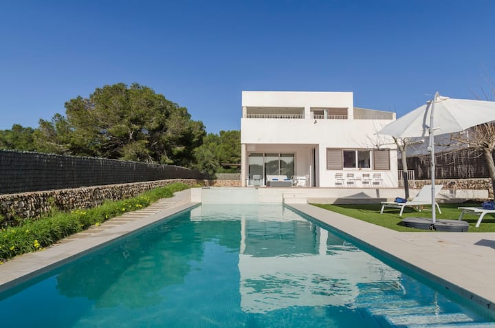 Modern Villa Molko with Wi-Fi, Garden, Terraces and Pool; Parking Available