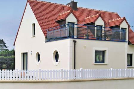 4 Bedrooms Home in Plounéour-Trez - Huis