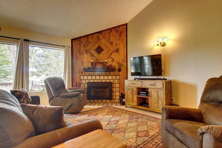 2 level condo w/ deck & fireplace-walk to golf, restaurants & shops