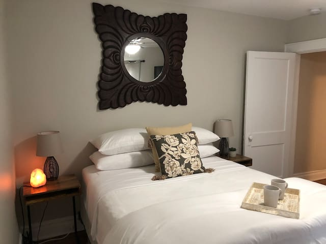 Sweet Dreams- Private entry to suite/walk downtown