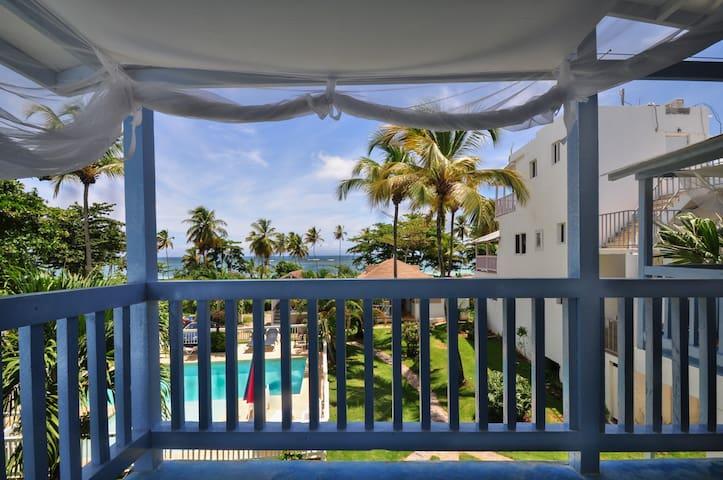 Terrasse 1er étage vue sur mer avec espace détente et 1 lit queen-size sous moustiquaire