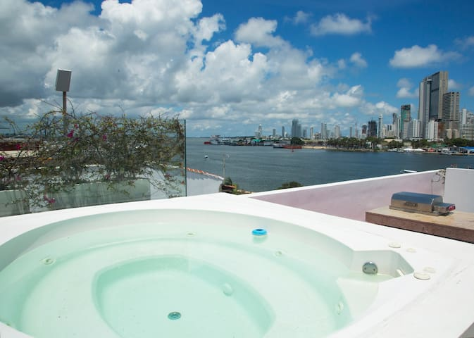 Jacuzzi with temperature water, perfect to freshen up.