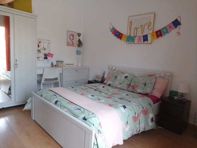 Bright Double Room for 2 - 5 mins from the beach!