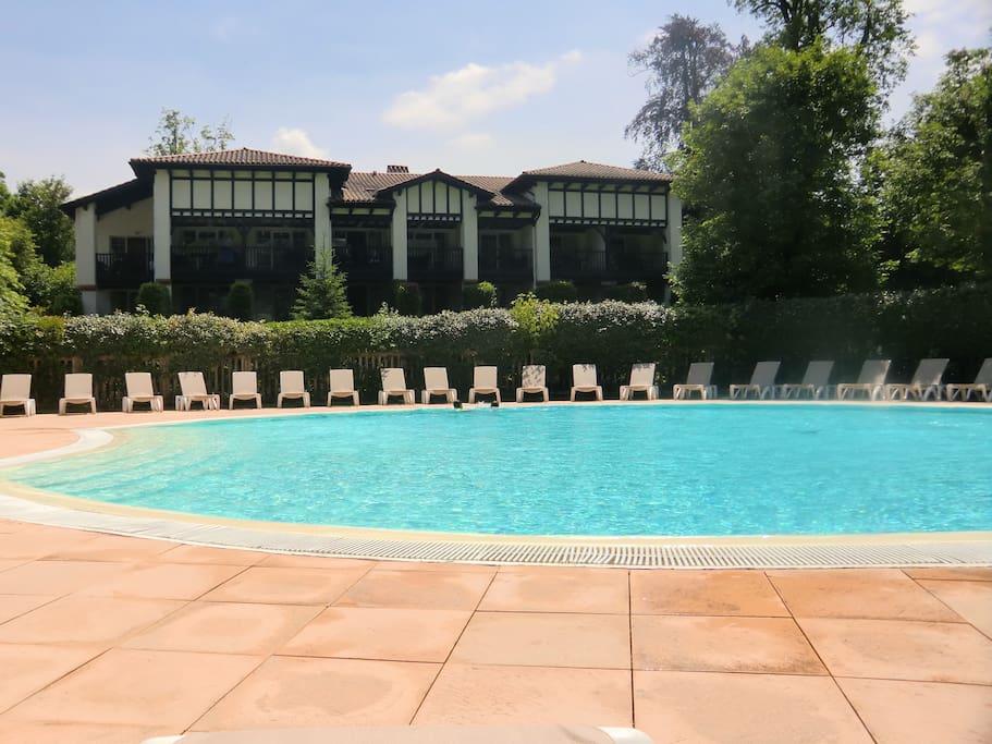 Appt 27m dans rsd avec piscine appartements louer for Construction piscine saint jean pied de port