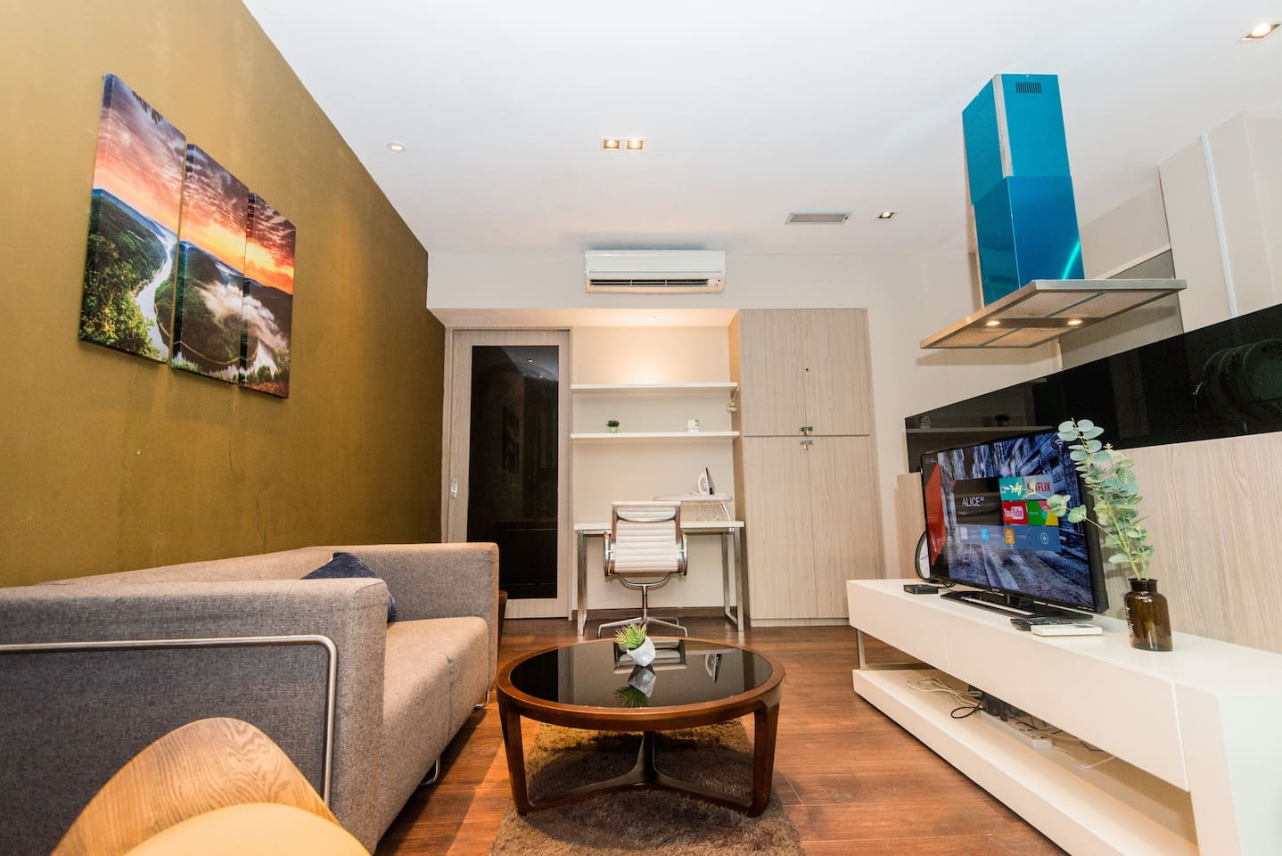 This is Luxury Condominium Unit located at the city center of Kota Kinabalu, with 5 minutes walking distance to reach Imago Shopping Mall. 一房一厅公寓位于市中心内, 步行5分钟就可以到达商场.