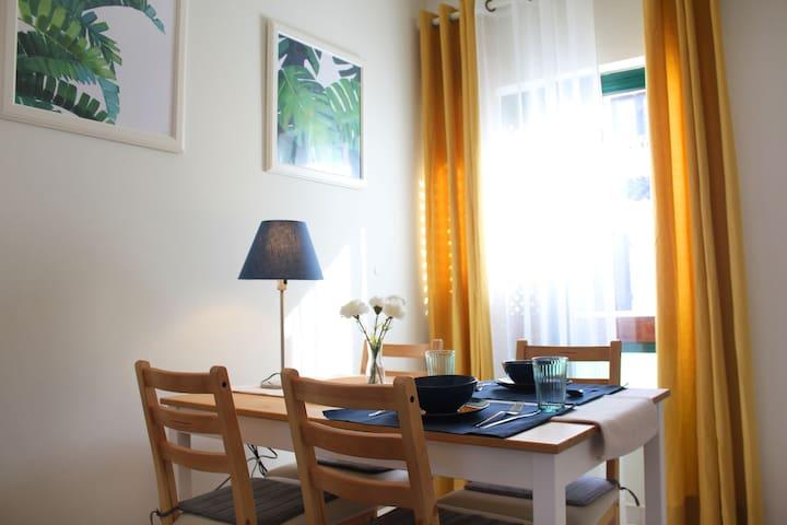 Historical center Cascais - sea side. room/living