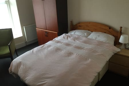Large room in the ❤️ of Wales - Pontypridd