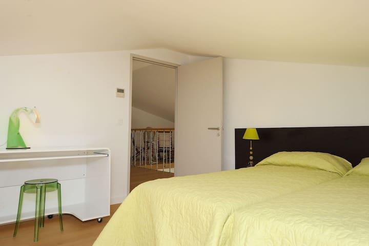 Très belle chambre avec placard intégré et climatisation réversible.