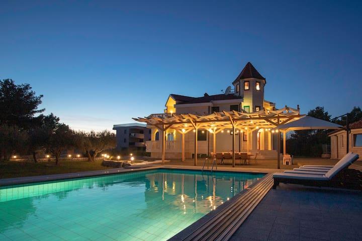 Luxurious and peaceful Near beach Pool&Gym&Sauna